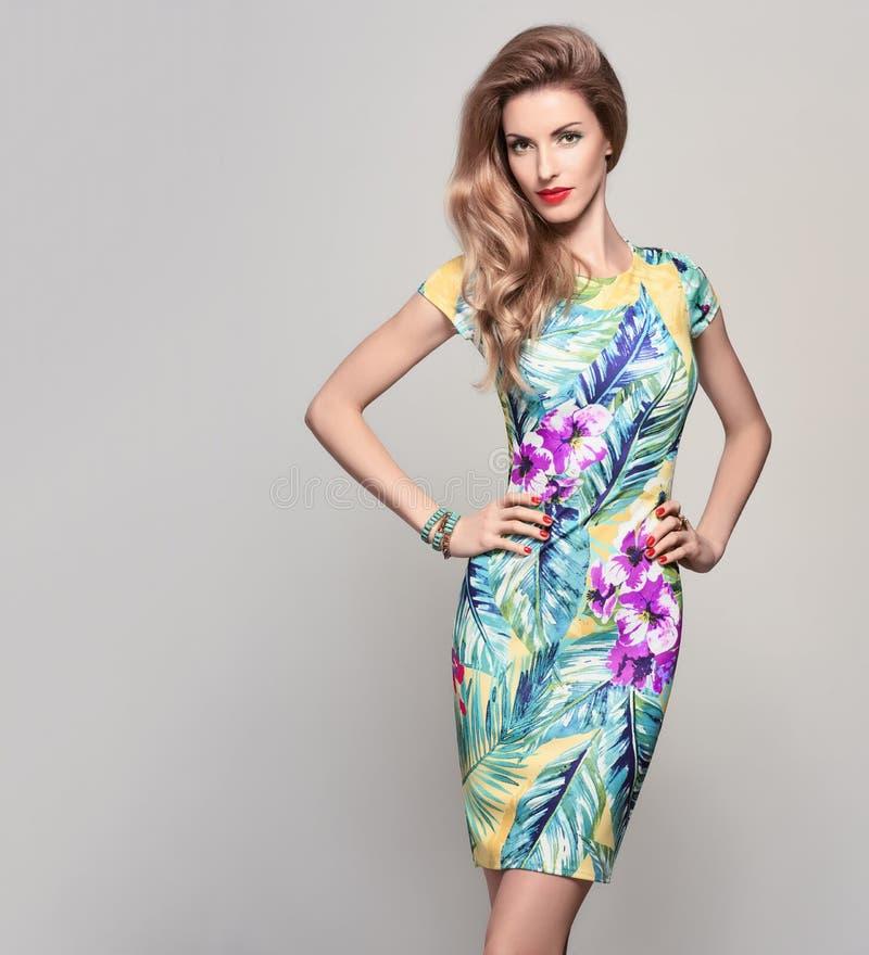 Modefrau im modischen Frühlings-Sommer-Blumen-Kleid lizenzfreies stockfoto