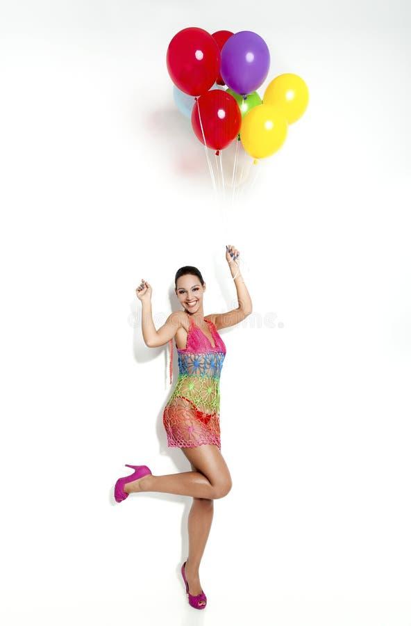 Modefrau mit Ballons stockfoto