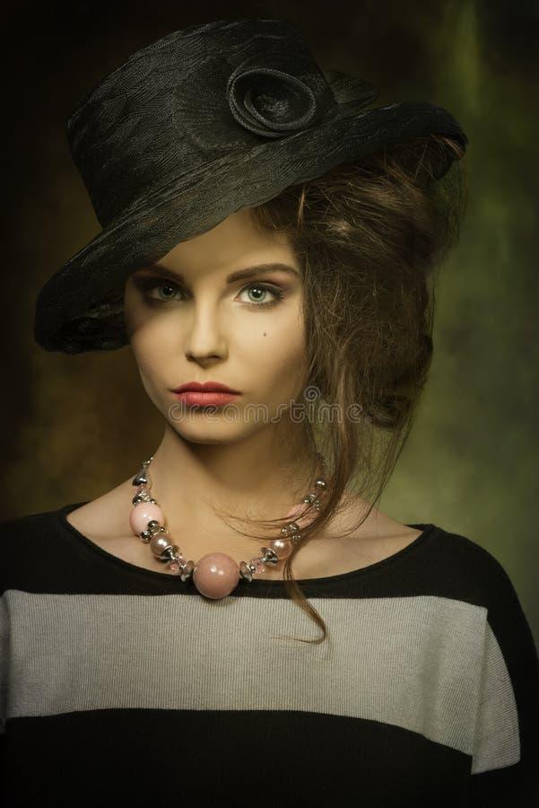 Modefrau mit elegantem Hut lizenzfreies stockbild