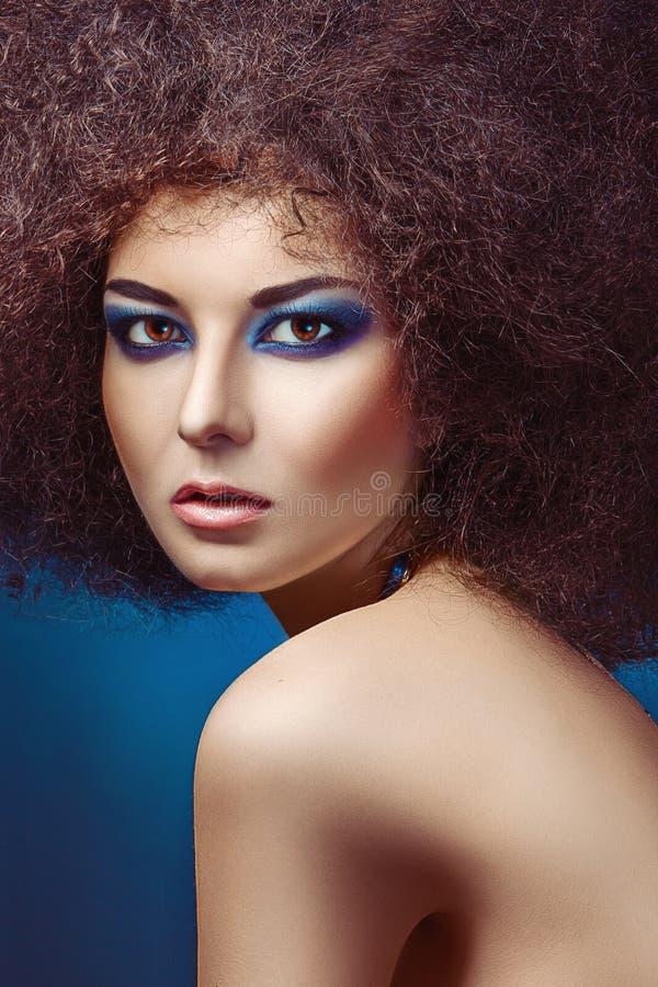 Modefrau mit flaumiger Frisur lizenzfreies stockbild