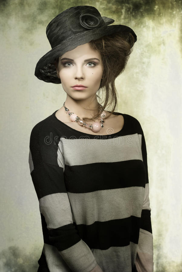 Modefrau mit Hut lizenzfreies stockbild
