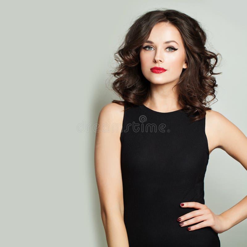 Modefrau mit Make-up und gelocktem Haarschnittporträt des Pendels lizenzfreie stockfotos