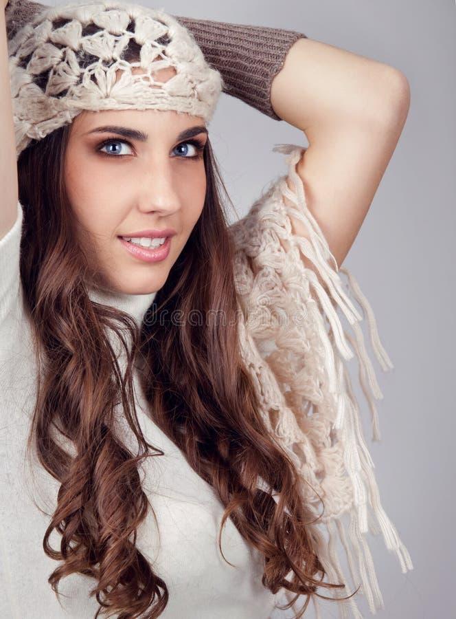 Modefrau mit Schal auf Kopf lizenzfreies stockbild