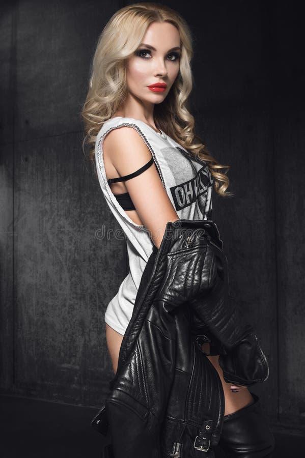 Modefrauenmodell in der Lederjacke im Studio stockbilder
