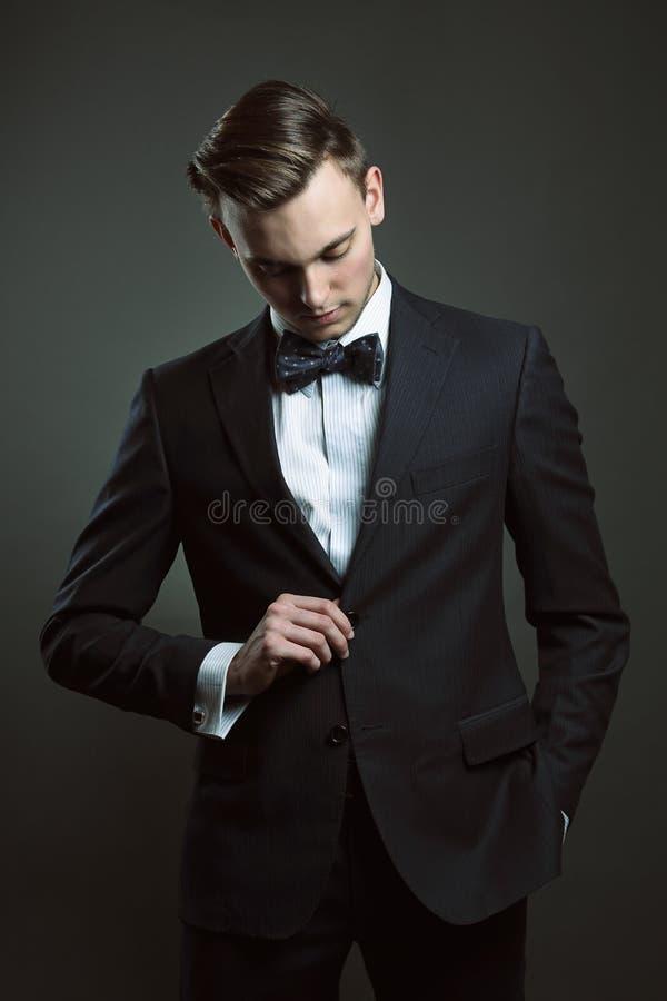 Modegeschäftsmann mit Anzug und Fliege stockbilder