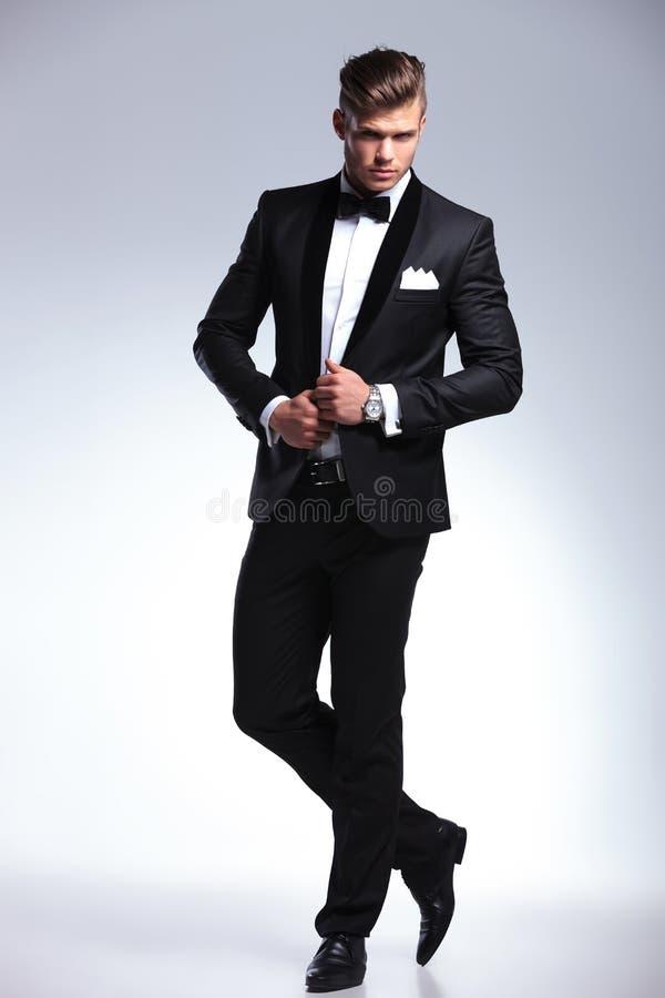 ModeGeschäftsmann mit den Händen auf Jacke stockfotos