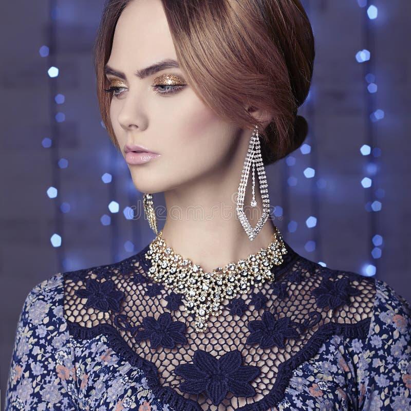 Modeglamourflicka i jul dekorerad inre royaltyfri foto