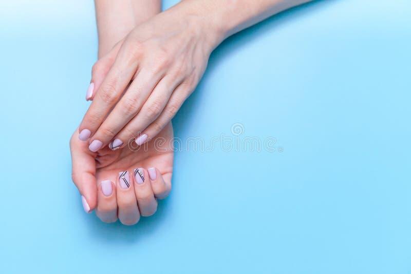 Modehandkunstfrauen, Hand mit hellem Kontrastmake-up und schöne Nägel, Handpflege Kreatives Schönheitsfotomädchen, das an sitzt stockbild