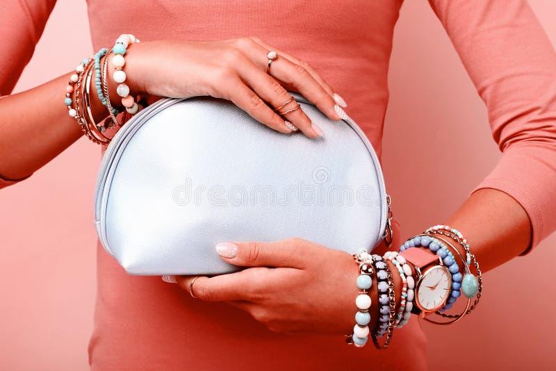 Modehandtasche und -armbänder stockfoto