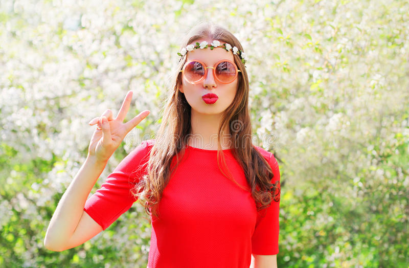 Modehippiekvinna som har gyckel i blomningträdgård royaltyfri fotografi