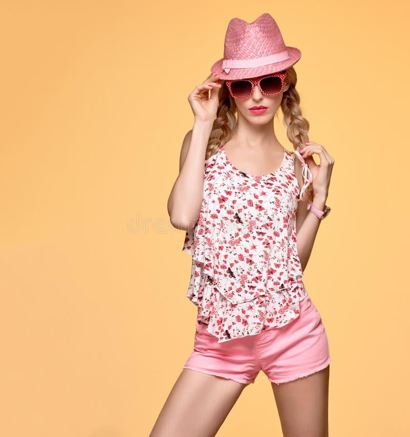 Modehipsterflicka Galen uppnosig sinnesrörelse Rosa hatt royaltyfria foton