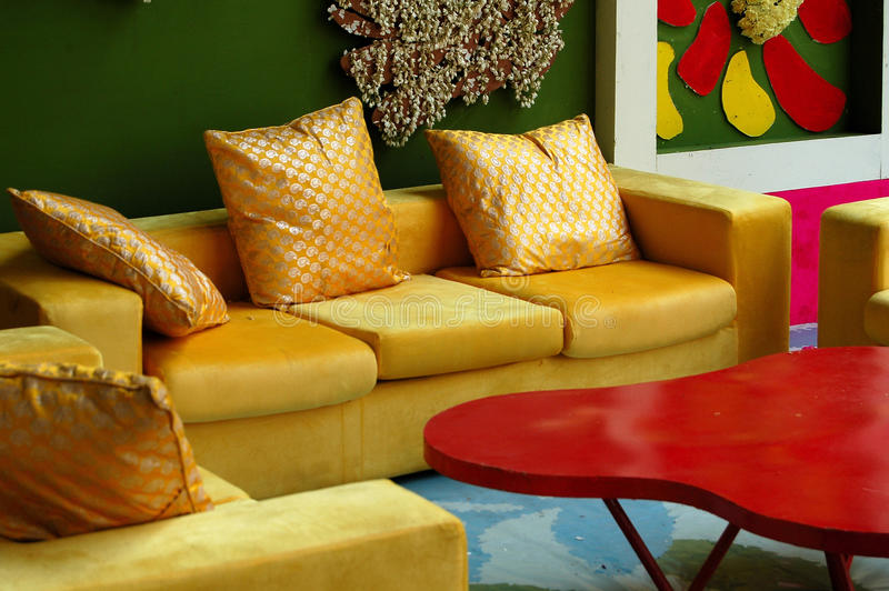 Modeinnenraum mit bunter Wand lizenzfreies stockfoto