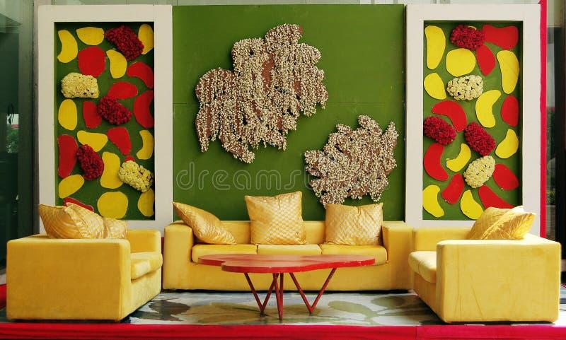 Modeinnenraum mit bunter Wand lizenzfreies stockbild