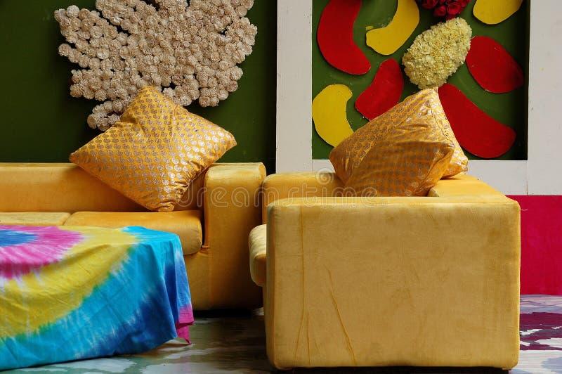 Modeinnenraum mit bunter Wand lizenzfreie stockfotos