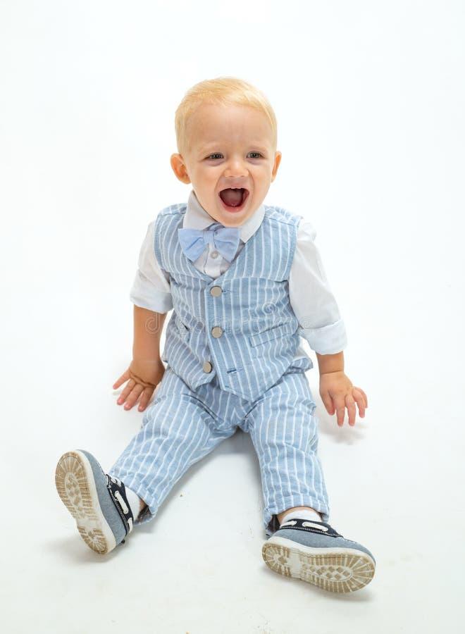 Modejunge Kleines Kinderglückliches Lächeln Jungenkind mit Modeblick Kleines Baby in der modernen Abnutzung Entzückendes fashioni lizenzfreie stockfotografie