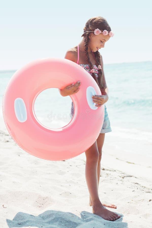 Modekind am Strand lizenzfreie stockfotos