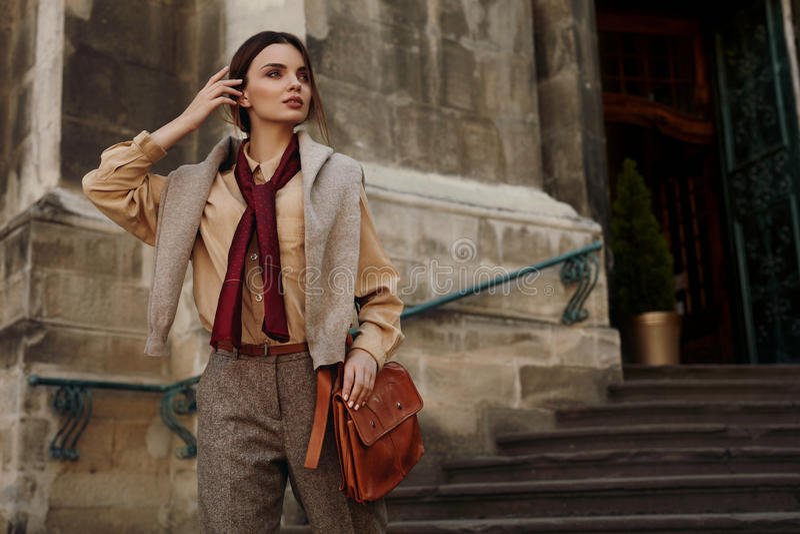 Modekläder Härlig kvinna i utomhus- trendiga kläder arkivbilder