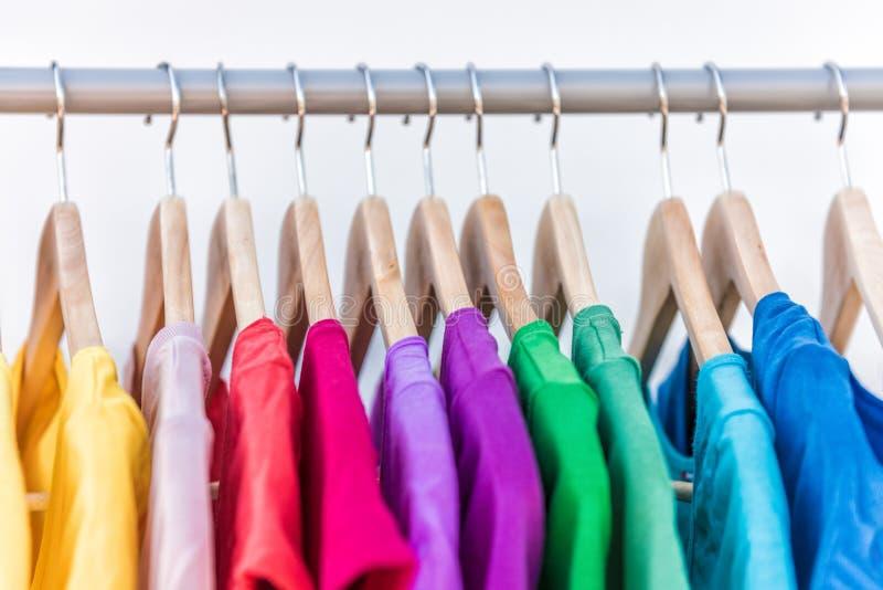 Modekläder på den färgrika garderoben för klädkugge arkivfoton