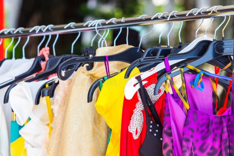 Modekläder på hängare arkivfoto
