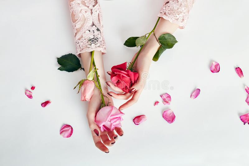 Modekunst-Porträtfrau im Sommerkleid und -blumen in ihrer Hand mit einem hellen kontrastierenden Make-up Kreative Schönheitsfotom lizenzfreies stockbild