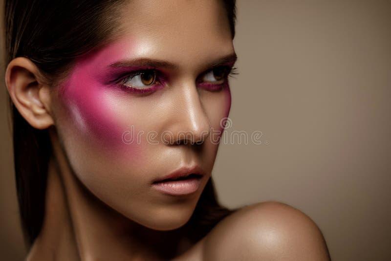 Modekunsthautfrauengesichts-Porträtnahaufnahme Zauberglänzendes Berufsmake-upmädchen mit modischem rosa Make-up lizenzfreies stockbild