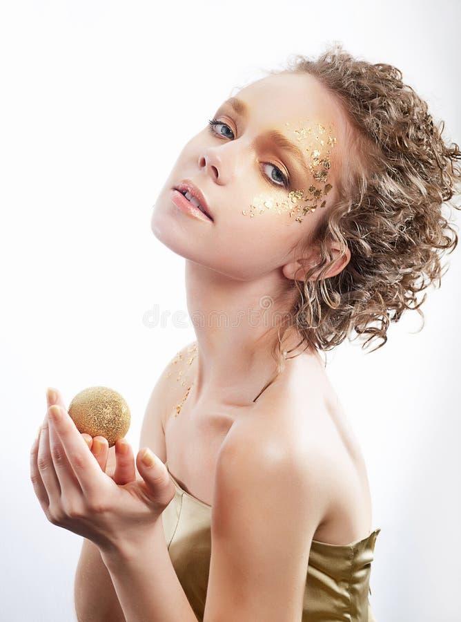 Modekvinna - förgyllt guld- smink för skönhet royaltyfri bild