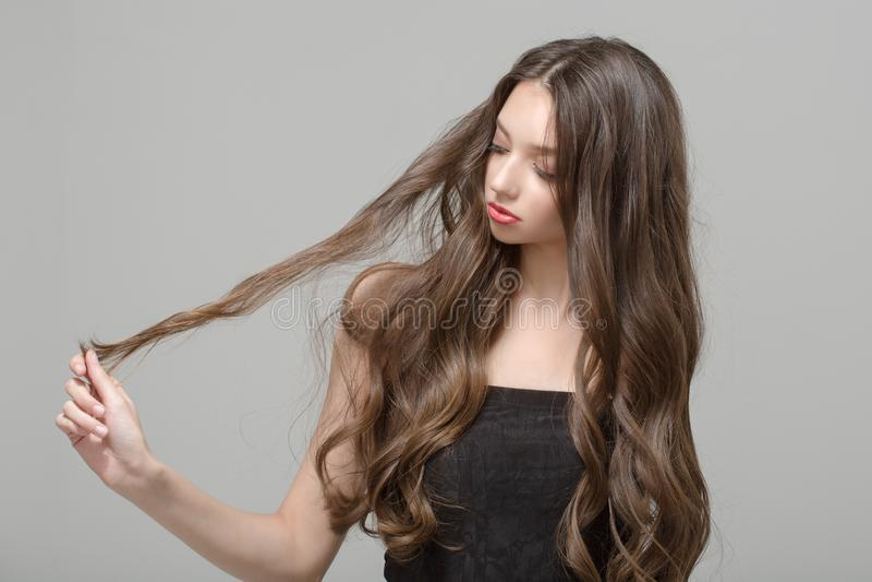 Modekvinna, hårförvirring wavy hår long royaltyfria bilder