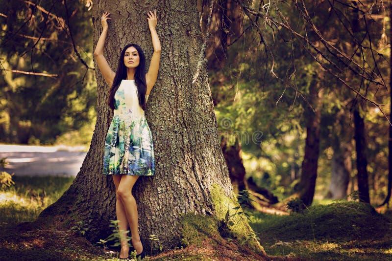 modekvinna, i att posera för färgklänning som är utomhus- i G royaltyfria foton