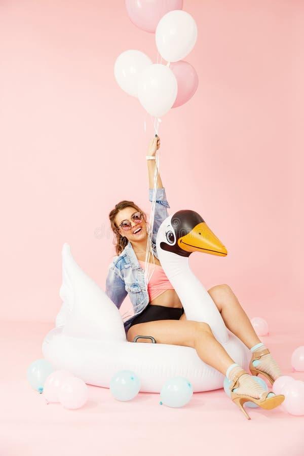 Modekvinna i sommarkläder som har gyckel med ballonger arkivfoto