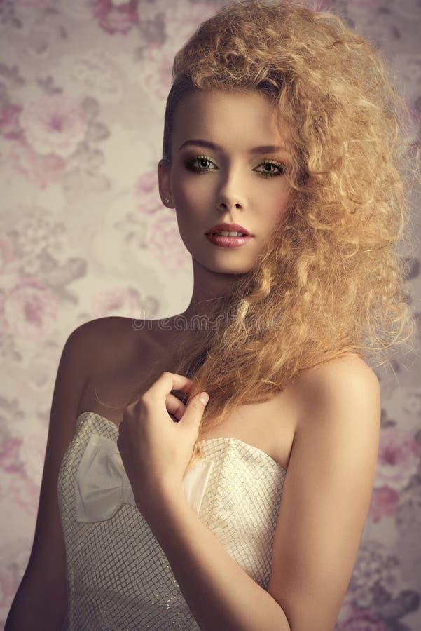 Modekvinna med den älskvärda klänningen arkivfoto