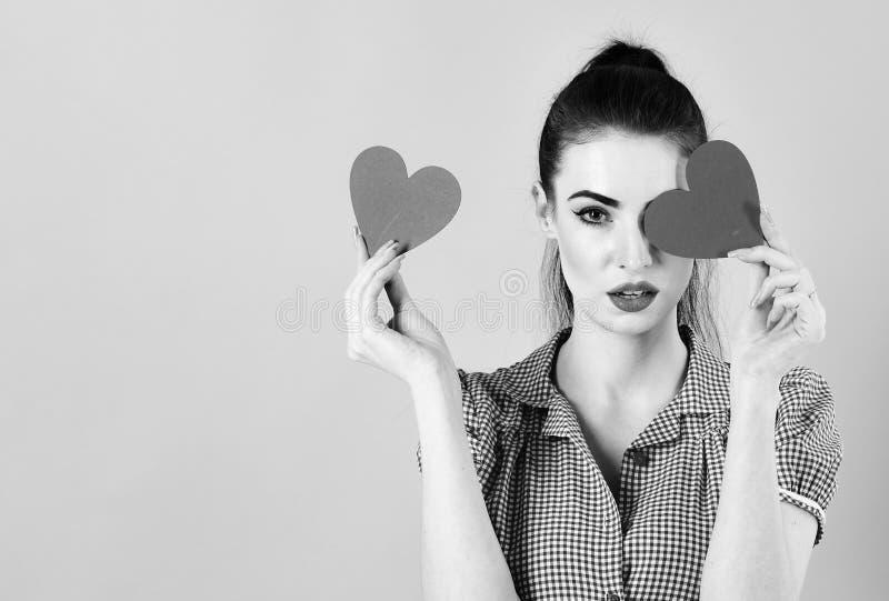 Modekvinna med röda hjärtor Stående för konst för dag för valentin` s Härligt smink och manikyr Modellera flickaframsidan, öppen  royaltyfri foto