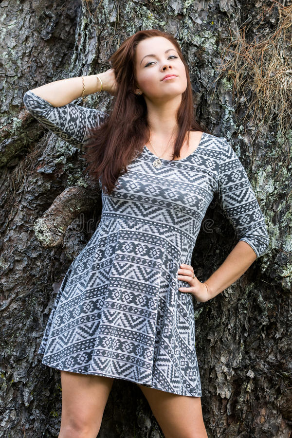 Modekvinna mot träd royaltyfri fotografi