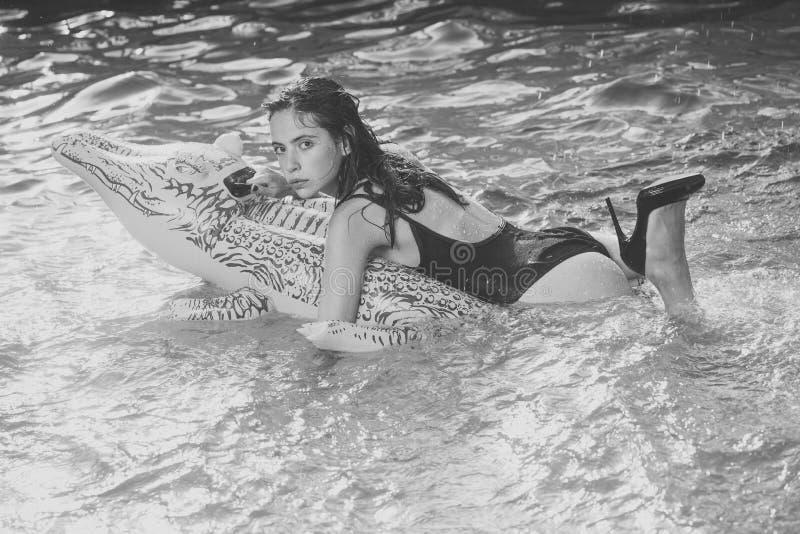 Modekvinnakropp pölpartiet och sommarsemestern, pölpartiet med den nätta unga kvinnan i baddräkt och krokodilen flår arkivfoton