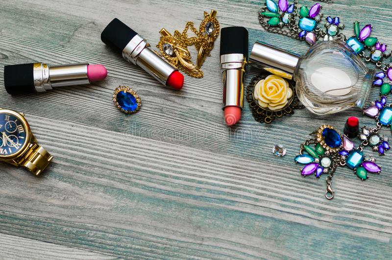 Modekvinnaobjekt Makeup och skönhetsmedeluppsättning: läppstift fundament, täckstift, ögonskuggapalett, rougebollar, doft Backgr royaltyfria foton