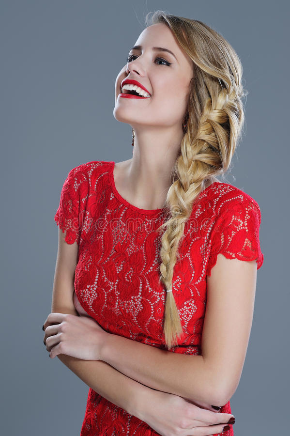 Modekvinnastående med röd läppstift royaltyfri foto