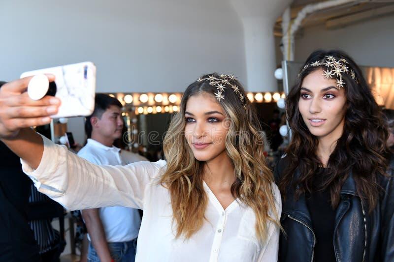 Modelów pozować zakulisowy przed Bert 2018 kolekcj pasa startowego Bridal przedstawieniem fotografia royalty free