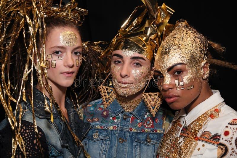 Modelów pozować zakulisowy przed Desigual pokazem mody obraz royalty free