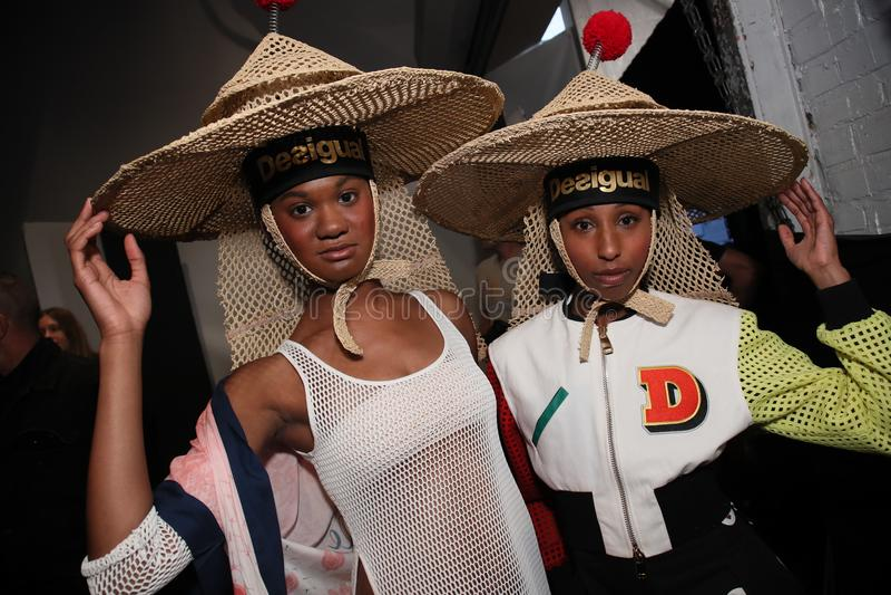 Modelów pozować zakulisowy przed Desigual pokazem mody zdjęcia royalty free