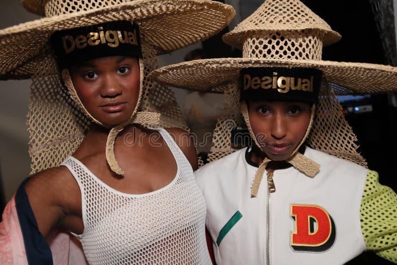 Modelów pozować zakulisowy przed Desigual pokazem mody obrazy royalty free