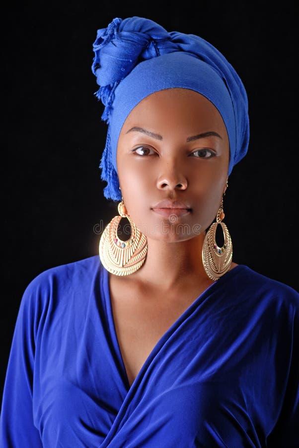 Model in Afrikaanse stijl met expressieve samenstelling en in heldere kleren royalty-vrije stock afbeeldingen