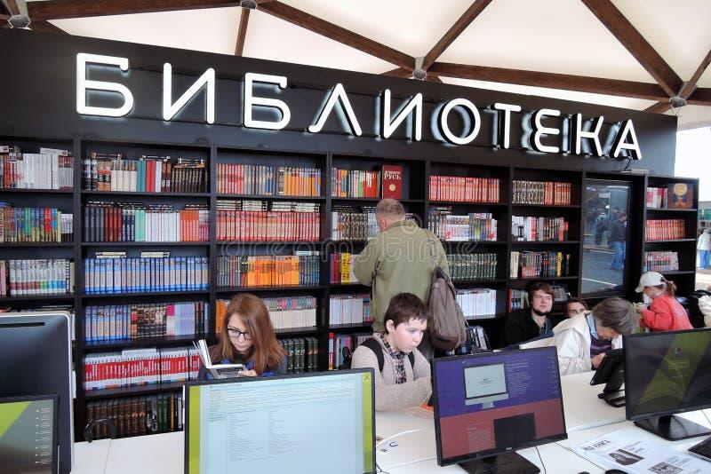 Model biblioteka przy książkami Rosja jarmark zdjęcia stock