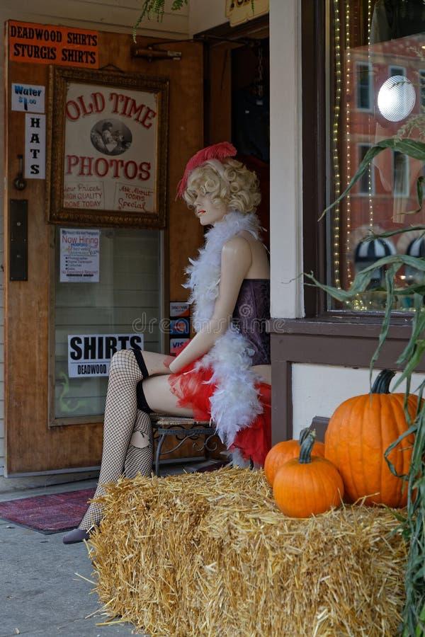 Model bij de deur van de fotograaf stock foto's