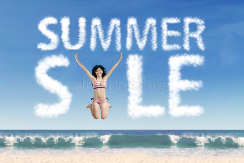 Model bij strand met de wolk van de de zomerverkoop royalty-vrije stock afbeeldingen