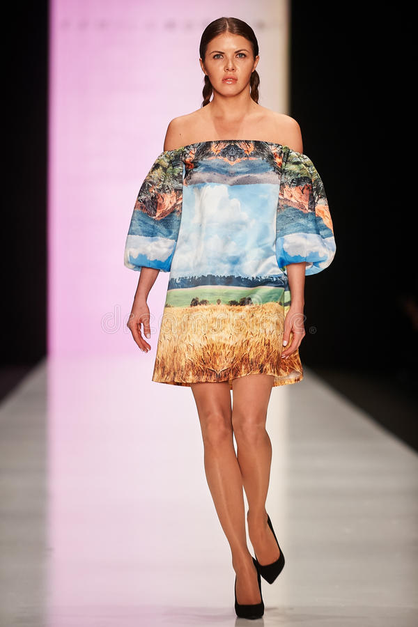 Model chodzi na Kamila Kurbani wybiegu obraz stock