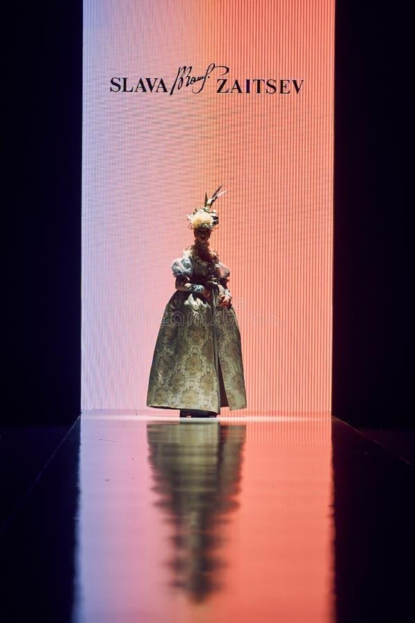 Model chodzi na SLAVA ZAITSEV wybiegu zdjęcia royalty free