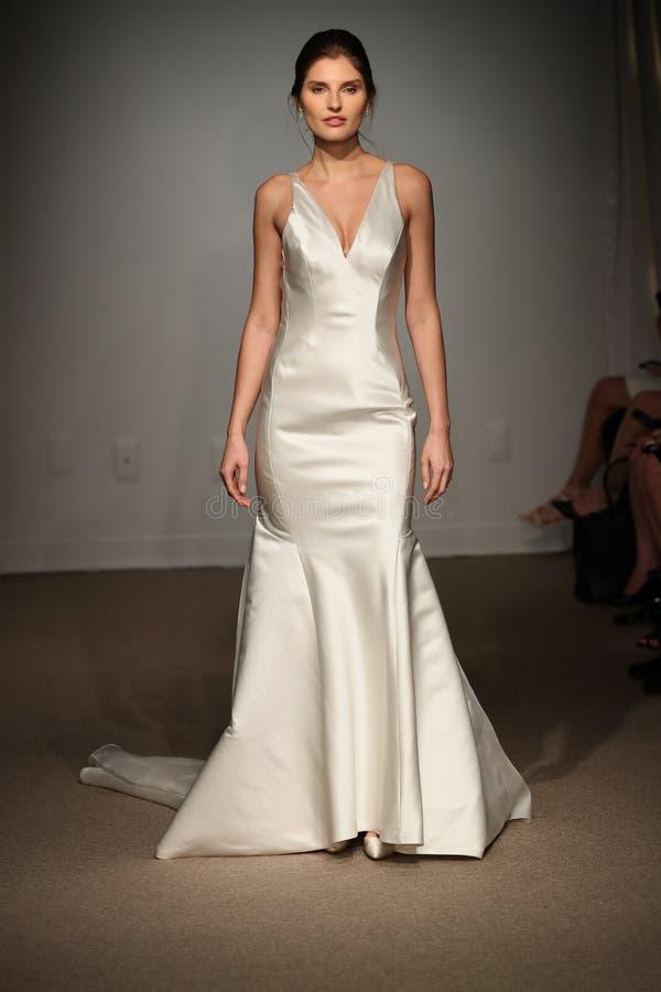 Model chodzi pas startowego podczas Anna Maier, ulla wiosny 2019 Bridal pokazu mody/ obraz stock