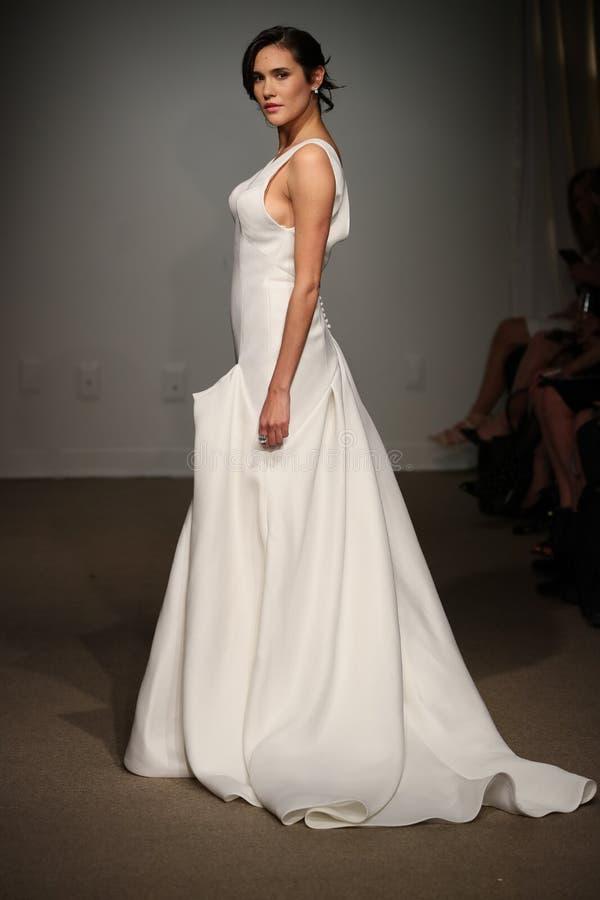 Model chodzi pas startowego podczas Anna Maier, ulla wiosny 2019 Bridal pokazu mody/ zdjęcia royalty free