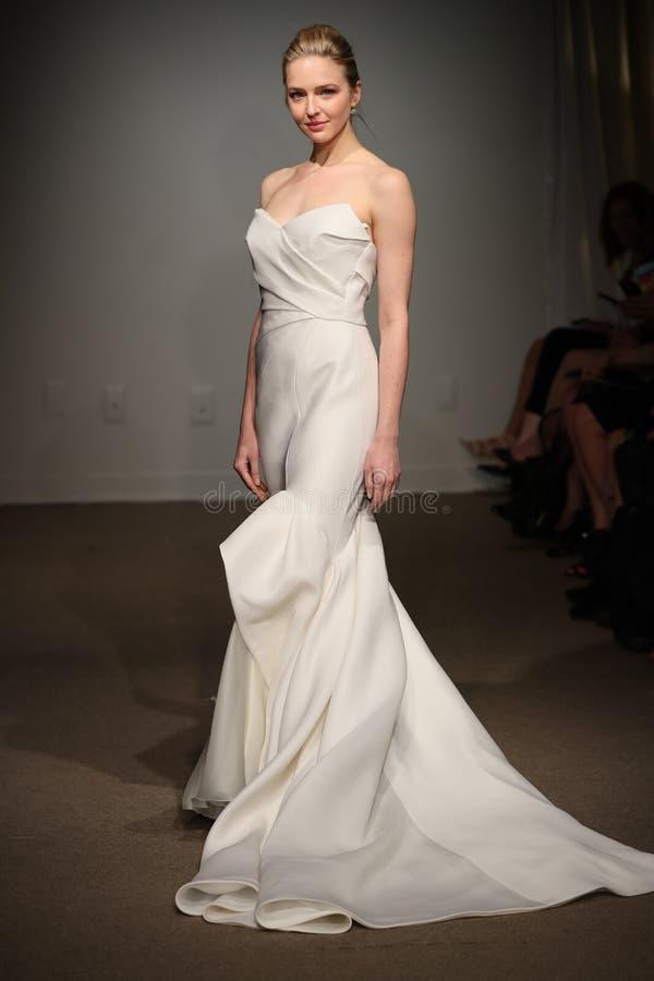 Model chodzi pas startowego podczas Anna Maier, ulla wiosny 2019 Bridal pokazu mody/ fotografia stock