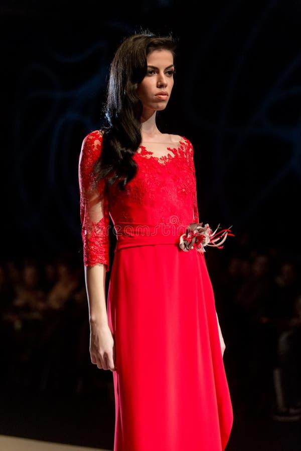 Model chodzi pas startowego podczas pokazu mody expo 14th ślubu obraz royalty free