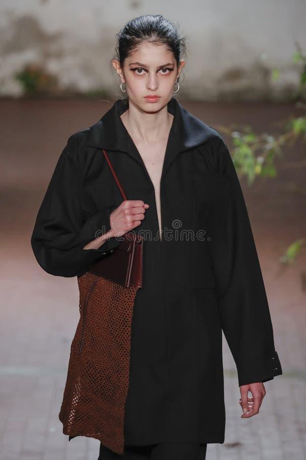 Model chodzi pas startowego przy Jil Sander przedstawieniem przy Mediolańską moda tygodnia jesienią, zimą/2019/20 obrazy royalty free